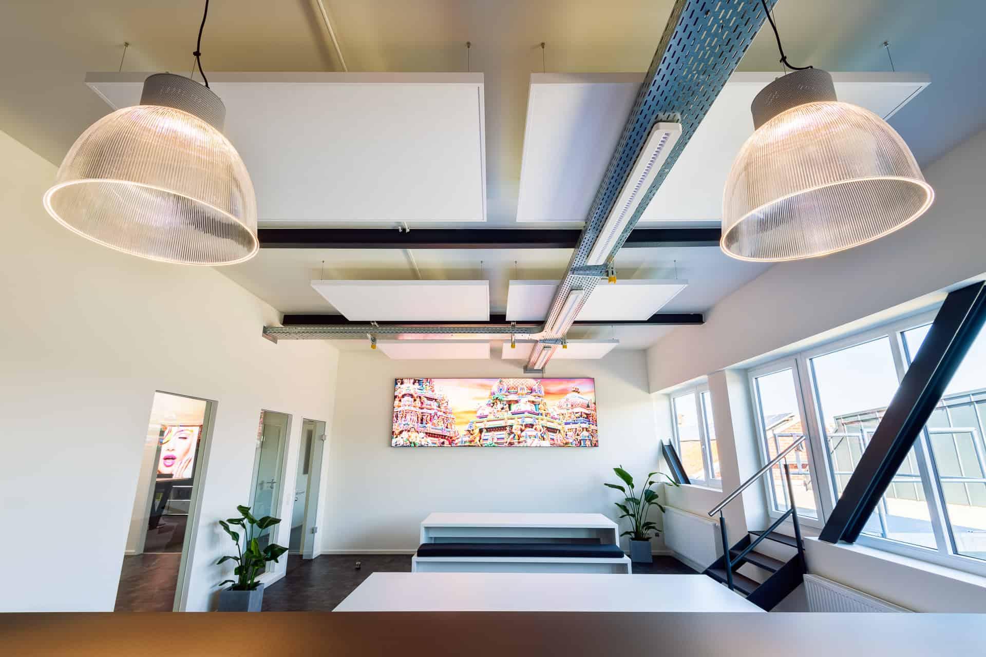Bild von einer Decke mit objectiv AluFrame Smart Deckenpaneelen zur Verbesserung der Akustik